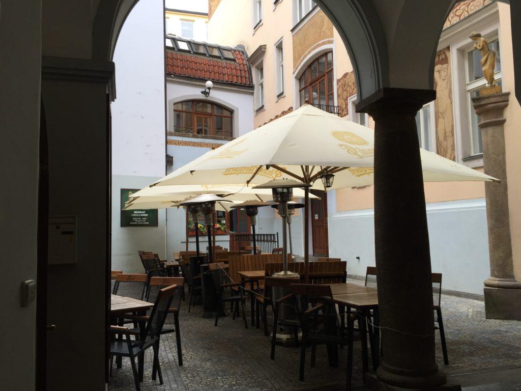 右側の扉が入口。置いてあるテーブルは飲み屋さんの席