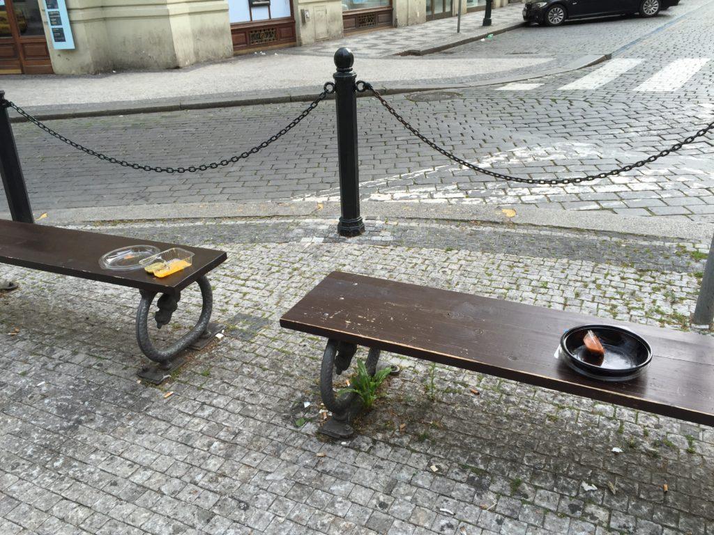 朝一、お掃除の人が来る前だと全てのベンチに食べ散らかしが置かれている状態(笑)